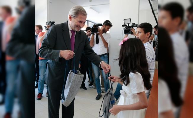 AB Komisyonu Üyesi Hahn göçmen sağlığı eğitim merkezini ziyaret etti