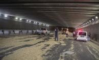 Başkentte saman yüklü kamyon alt geçide çarptı