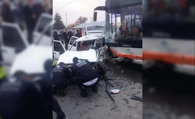 Eskişehir'de belediye otobüsü otomobile çarptı: 1 ölü, 2 yaralı