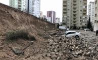Adana'da bir sitenin istinat duvarı çöktü