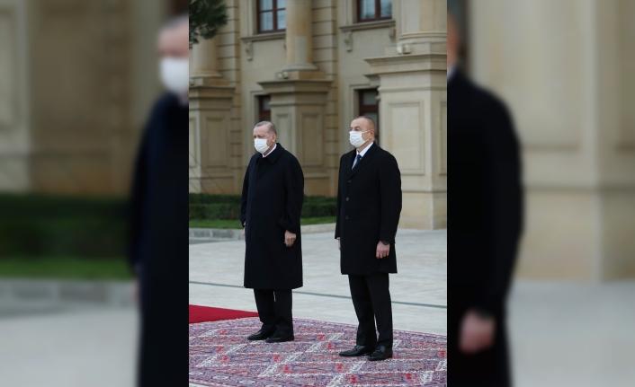 Cumhurbaşkanı Erdoğan, Azerbaycan Cumhurbaşkanı Aliyev tarafından resmi törenle karşılandı