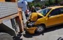 Taksi, iş makinesine çarptı: 3 yaralı