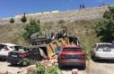 Kamyonet park halindeki araçların üzerine devrildi