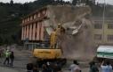 Rize'de altından dere geçen binanın yıkımı...