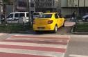 Taksi, yolun karşısına yaya geçidinden geçti