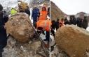 Palu'da dağdan kopan kaya trene çarptı