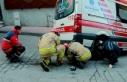 Beyoğlu'nda sokakta sıkışan ambulansı itfaiye...