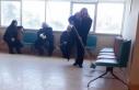 Muayene için geldiği hastanede temizlik yaptı