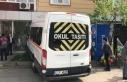 Freni boşalan servis minibüsü dükkana daldı