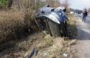 Lastiği patlayan otomobil şarampole yuvarlandı:...