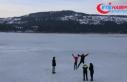 Tatilciler buz tutan Abant Gölü'nün üzerinde...