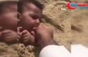 Bebeğine kum yedirdi