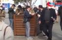 İstiklal Caddesi'nde büfeler önünde yemek yeme...