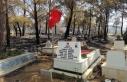 Mezarlık yandı, şehidin mezarı ve bayrak sapasağlam...