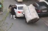 Yokuşu çıkamayan kağıt toplayıcı çocuğa böyle yardım etti