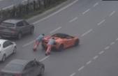 Yolda kalan Lamborghini'yi iten işçiler konuştu