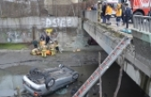 Zeytinburnu'nda virajı alamayan sürücü dereye uçtu: 1 yaralı