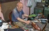 Ayakkabıcılık mesleğini 63 yıldır 9 metrekarelik dükkanında yürütüyor