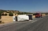 Diyarbakır'da inşaat malzemeleri taşıyan minibüs devrildi: 1'i ağır 7 yaralı