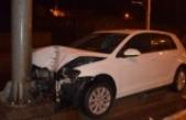 Kontrolden çıkan otomobil yön tabelası direğine çarptı