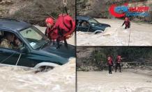 Kıbrıs'ta su basan karayolunda mahsur kalanlar böyle kurtarıldı