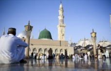 Suudi Arabistan Kovid-19 nedeniyle umre ziyaretlerini askıya aldı