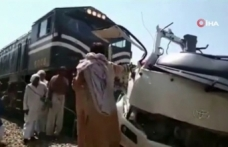 Pakistan'da tren, yolcu otobüsüne çarptı: 19 ölü