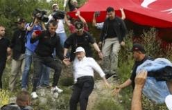 Yola inmek isteyen Kılıçdaroğlu kayarak düştü