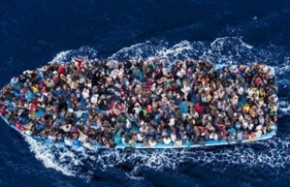 Akdeniz'de göçmenleri taşıyan bot alabora...