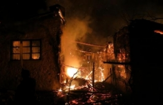 Akseki'de 3 asırlık düğmeli ev yangında kül...