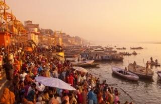 "Hindistan'da Ganj ve Yamuna nehirlerine ""insan""..."