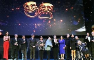 Türk tiyatrosunun duayenleri ödüllendirildi