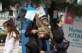 Çocuklar ağaçtan kitap topladı