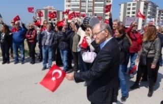 Eski Başbakan Yardımcısı, eline bayrak alıp yol...