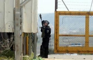 İsrail askerleri Filistinli tutuklular polis köpekleriyle...