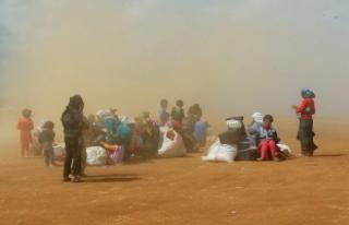 Suriyeli sığınmacıların çölde bekleyişi sürüyor