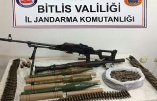 Bitlis'te PKK'ya ait silah ve mühimmat...