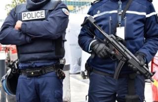 Paris'te polise saldıran bir kişi açılan ateş...