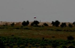 PYD'nin sınıra çektiği Suriye ve Rus bayrakları...