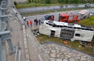 Çorum'da yolcu otobüsü üst geçitten düştü:...