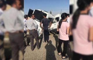 Diyarbakır'da polis aracıyla minibüs carpıştı:...