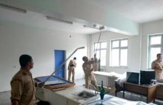 Amasra'da 3 okulun boya ve temizliğini askerler...