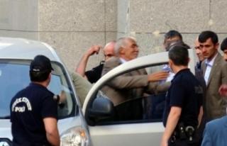Bıçakla 3 kişiyi yaralayan eski başkan, alkışlarla...
