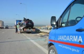 Bursa'da otomobil park halindeki TIR'a çarptı:...