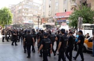 Diyarbakır'da izinsiz protestoya polis müdahalesi:...