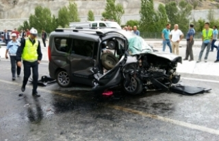 Gümüşhane'de otomobille panelvan çarpıştı:...