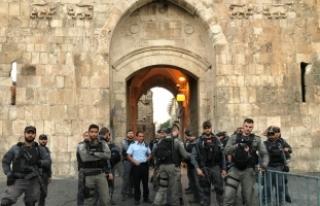 İsrail polisi Mescid-i Aksa'nın kapısında...