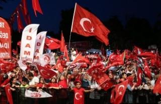 İstanbul'da 'demokrasi nöbetleri'...