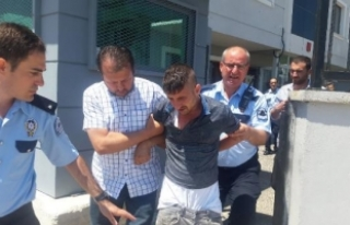 Kendisini yakalayan polise silah çekip, kolunu ısırdı