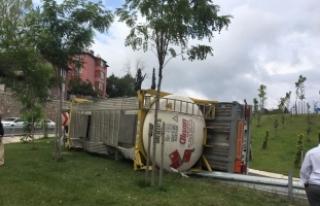 Kocaeli'de kimyasal madde yüklü tanker devrildi:...
